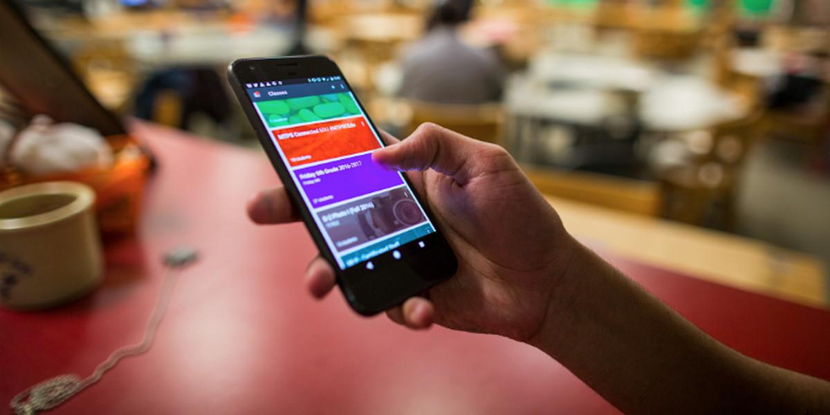Il MIUR presenta il decalogo per l'uso dello smartphone in classe